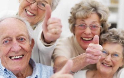 """Vì sao người cao tuổi lại nên """"làm bạn"""" với ghế massage?"""